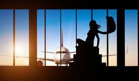 Vrouwensilhouet bij Luchthaven - Concept reis Stock Foto's