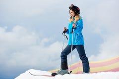 Vrouwenskiër genieten die bij skitoevlucht ski?en in de bergen Stock Afbeeldingen