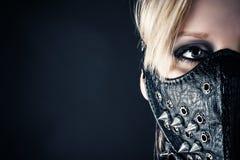 Vrouwenslaaf in een masker met aren Stock Foto