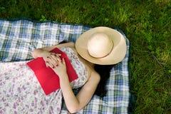 Vrouwenslaap in het gras buiten Royalty-vrije Stock Afbeeldingen