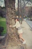 Vrouwenslaap met een hoed over haar gezicht in een park Royalty-vrije Stock Afbeeldingen
