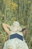 Vrouwenslaap met hoed over gezicht haar op verkrachtingsweide Royalty-vrije Stock Afbeeldingen