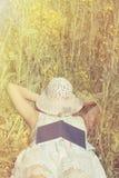 Vrouwenslaap met hoed over gezicht haar op verkrachtingsweide Royalty-vrije Stock Foto