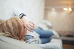 Vrouwenslaap met slim horloge royalty-vrije stock afbeeldingen