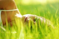 Vrouwenslaap op gras Stock Foto