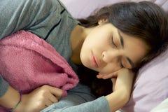 Vrouwenslaap vreedzaam in haar bed royalty-vrije stock foto's