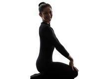 Vrouwenslangemens die gymnastiek- yoga uitoefent   silhouet royalty-vrije stock afbeeldingen