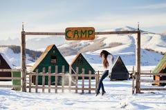 Vrouwenspel met sneeuw bij het kamp van de skitoevlucht Stock Afbeelding