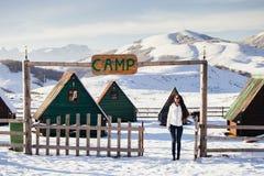 Vrouwenspel met sneeuw bij het kamp van de skitoevlucht Royalty-vrije Stock Foto