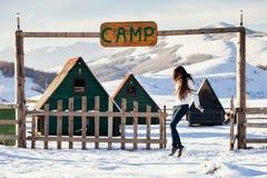 Vrouwenspel met sneeuw bij het kamp van de skitoevlucht Royalty-vrije Stock Fotografie
