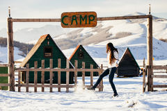 Vrouwenspel met sneeuw bij het kamp van de skitoevlucht Stock Afbeeldingen