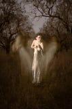 Vrouwenspook in wit door mystieke silhouetten wordt omringd dat Royalty-vrije Stock Foto's