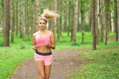Vrouwensporten, die in het park lopen stock afbeeldingen