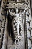 Vrouwenstandbeeld bij de ingang van Basiliek van Notre-Dame DE Fourviere Royalty-vrije Stock Foto