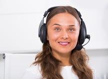 Vrouwensteun die met klant spreken die hands-free reeks gebruiken Royalty-vrije Stock Afbeeldingen