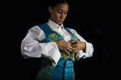Vrouwenstierenvechter door zich met vest op uw rug te kleden stock afbeelding