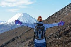 Vrouwenstijging de Tongariro-kruising royalty-vrije stock afbeeldingen