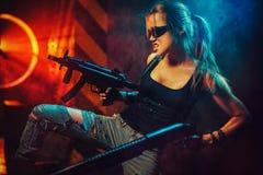 Vrouwenstrijder met kanonnen Royalty-vrije Stock Foto