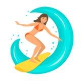 Vrouwensurfer die de golf berijden op surfplank Stock Foto's