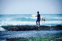 Vrouwensurfer met surfplank stock afbeelding