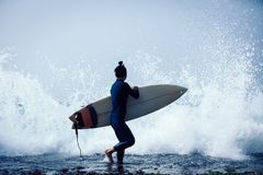 Vrouwensurfer met surfplank stock afbeeldingen