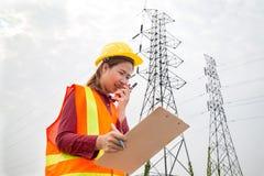 Vrouwentechniek die aan toren Met hoog voltage werken Royalty-vrije Stock Afbeelding
