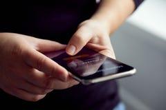 Vrouwentekens omhoog voor bankwezen met hun mobiel royalty-vrije stock foto