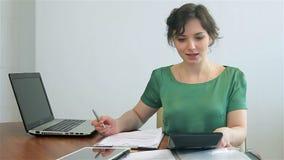 Vrouwentellingen op de calculator stock footage