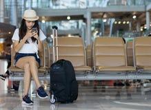 Vrouwentiener die smartphoneconcept hanteren Royalty-vrije Stock Afbeelding
