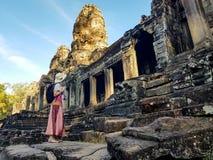 Vrouwentoerist in Bayon-tempel in Angkor Wat stock afbeelding