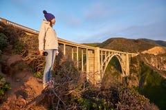 Vrouwentoerist dichtbij Bixby-Kreekbrug in Californië stock foto's