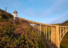 Vrouwentoerist dichtbij Bixby-Kreekbrug in Californië royalty-vrije stock fotografie
