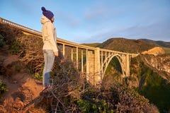 Vrouwentoerist dichtbij Bixby-Kreekbrug in Californië stock afbeeldingen
