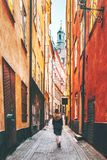 Vrouwentoerist die alleen in Stockholm lopen stock fotografie