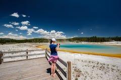 Vrouwentoerist die de thermische lente in Yellowstone overzien Stock Afbeeldingen