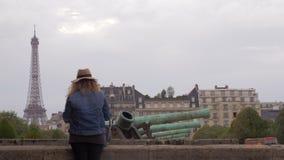 Vrouwentoerist die de Toren van Eiffel van Les Invalides in Parijs, Frankrijk bekijken stock footage