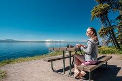 Vrouwentoerist die een ontbijt hebben door Yellowstone Lake Stock Fotografie