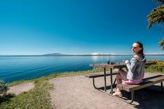 Vrouwentoerist die een ontbijt hebben door Yellowstone Lake Stock Foto