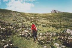 Vrouwentoerist die met rugzak in van het de Levensstijlavontuur van de bergenreis de vakanties wandelen van de het conceptenzomer Stock Foto's