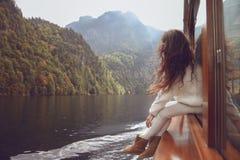 Vrouwentoerist die op boot in Konigssee-meer, Berchtesgaden, Duitsland gaan Royalty-vrije Stock Fotografie