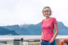 Vrouwentoerist die op een sightseeingsveerboot varen Stock Foto's