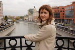 Vrouwentoerist die zich op de brug in Moskou bevinden Royalty-vrije Stock Foto's