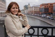 Vrouwentoerist die zich op de brug in Moskou Rusland bevinden Royalty-vrije Stock Foto