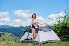 Vrouwentoerist in het kamperen in de ochtend royalty-vrije stock foto's