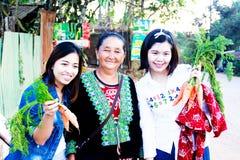 Vrouwentoerist het kopen Dit beeld wordt genomen bij Phu-ton berk Stock Foto's