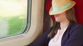 Vrouwentoerist het ontspannen in hoge snelheids internationale trein Het reizen in Europa Hoge snelheid, het schudden stock footage