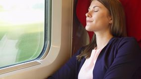 Vrouwentoerist het ontspannen in hoge snelheids internationale trein Het reizen in Europa Hoge snelheid, het schudden stock video
