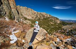 Vrouwentoerist op een sleep in Rocky Mountains royalty-vrije stock foto