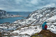 Vrouwentoerist op Lofoten-eilanden, Noorwegen Stock Foto