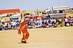 Vrouwentoerist in traditionele Indische Sari met aarden pot stock afbeelding